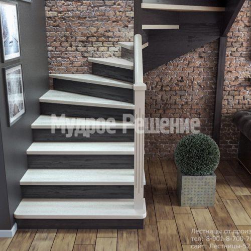 Деревянная лестница с резными перилами вид 4