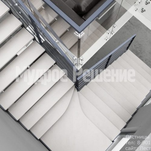 Светлая лестница на металлокаркасе на заказ 3