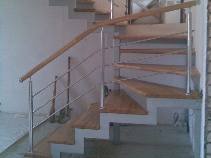 Готовая лестница на металлокаркасе