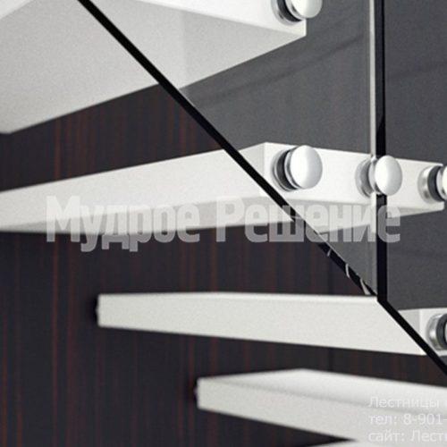 Белая консольная лестница со стеклом