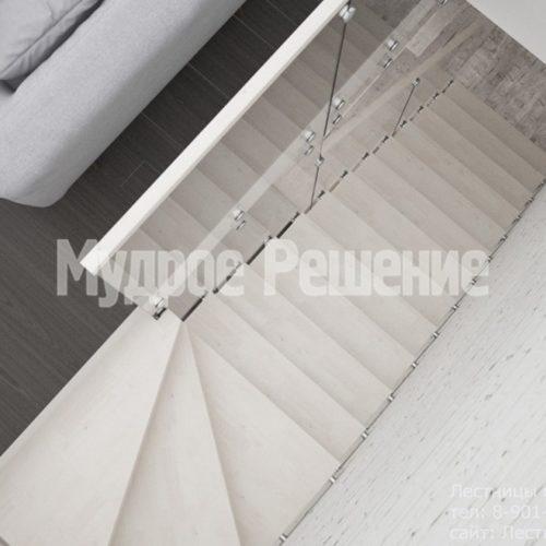 Светлая деревянная консольная лестница 2